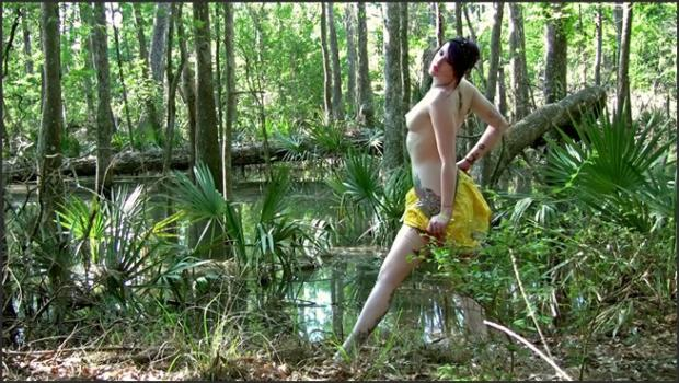 David-nudes_com- Elizabeth Swamp Nudes